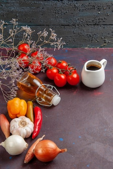 Verdure fresche di vista frontale con olio d'oliva su uno spazio buio
