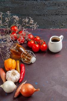 Свежие овощи с оливковым маслом на темном пространстве, вид спереди