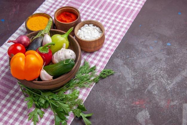 어두운 배경 잘 익은 샐러드 건강 식품에 조미료와 전면 보기 신선한 야채