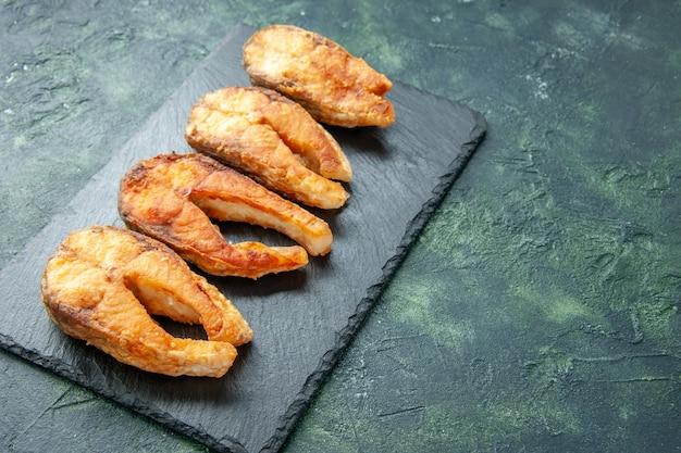 正面図暗い背景の揚げ魚料理サラダ揚げ肉海苔料理食事シーフード