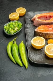 어두운 배경 색상 식사 요리 갈비 잘 익은 샐러드 음식에 고추와 레몬 전면보기 튀긴 고기 조각
