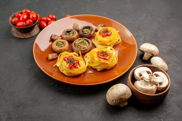 어두운 테이블 식사 음식 저녁 식사에 반죽 파스타와 전면보기 튀긴 버섯