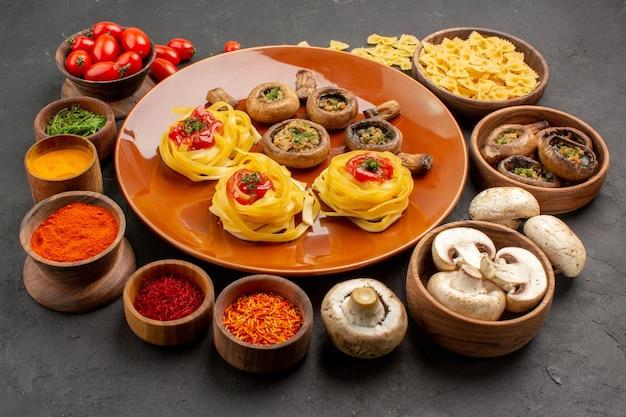 어두운 회색 테이블 식사 음식 저녁 식사에 조미료와 함께 전면보기 튀긴 버섯