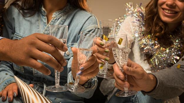 Vista frontale di amici per celebrare il capodanno