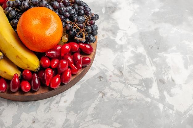 正面図フルーツ組成バナナハナミズキと白い表面のブドウフルーツベリー鮮度ビタミン