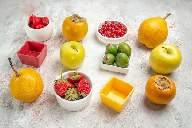 正面図の果物の組成白いテーブルの上のさまざまな新鮮な果物