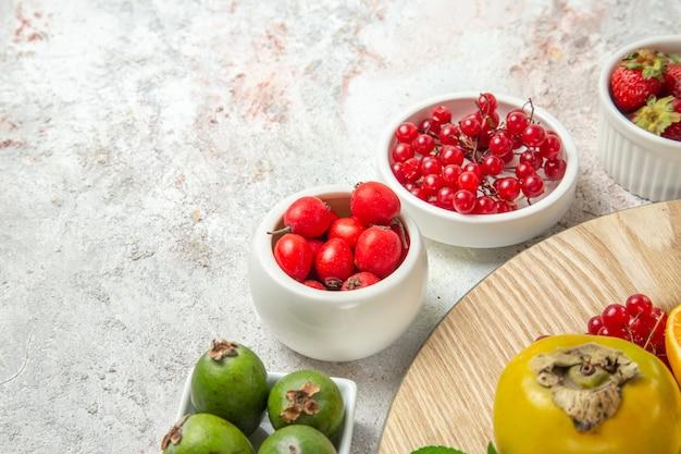 正面図果物の構成白いテーブルの上のさまざまな果物ベリーフルーツ熟した新鮮な