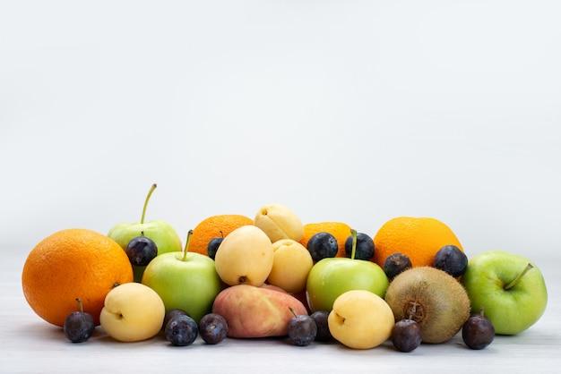 Вид спереди фруктовая композиция апельсины яблоки сливы на белых фруктах свежее кисло-сладкое дерево