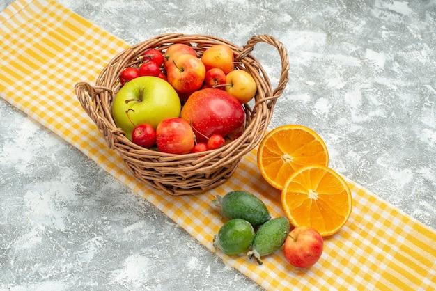 Вид спереди фруктовая композиция сливы, яблоки и мандарины на белом пространстве
