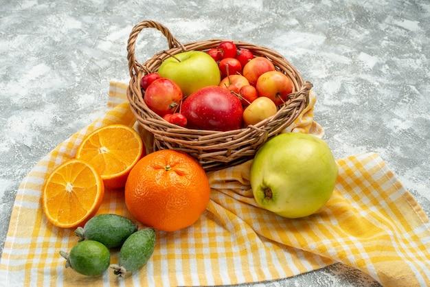 正面図の果物の組成は、白いスペースにリンゴとみかんを梅