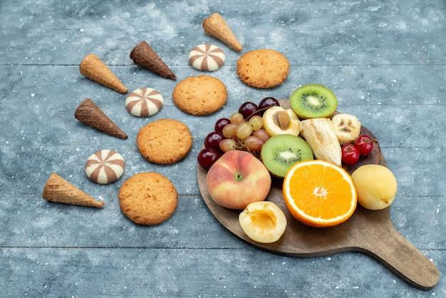 正面の果物の組成をスライスし、全体をクッキーで