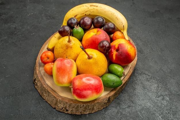 Vista frontale frutta composizione frutta fresca sul tavolo grigio colore maturo molti freschi
