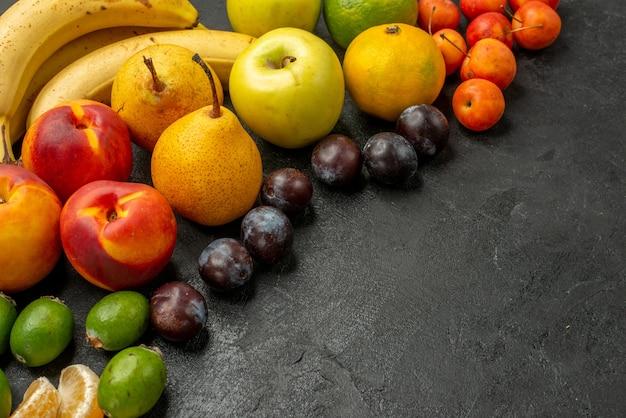 Vista frontale frutta composizione frutta fresca sulla tavola grigia fresca matura molti colori pastosi