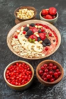Muesli fruttato vista frontale con frutta e noci sulla frutta salute cereali tavolo leggero