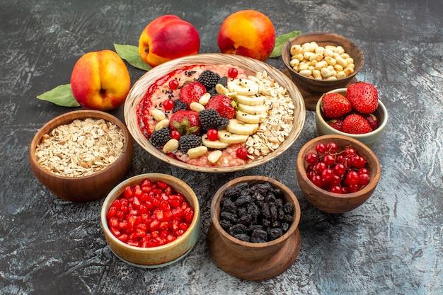 ライトテーブルのフルーツシリアルの健康にナッツと新鮮な果物の正面図フルーティーミューズリー