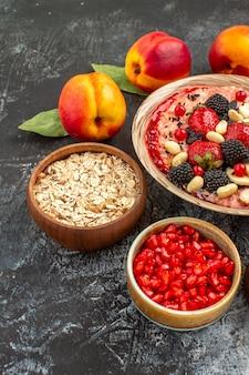 Фруктовые мюсли с орехами и свежими фруктами, вид спереди, на светлом столе, фруктовые хлопья для здоровья