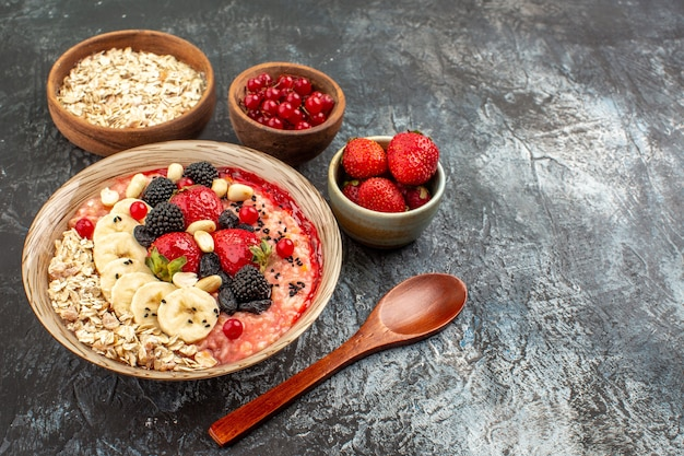 Muesli fruttato vista frontale con frutta a fette su frutta cereali salutari tavolo scuro-chiaro