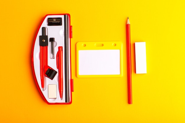 オレンジ色の表面に鉛筆で正面図の幾何学図形