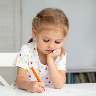 自宅で正面図の女の子を描く