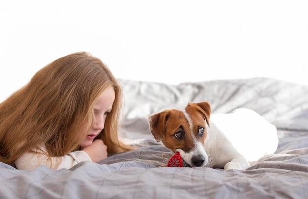 Vista frontale della ragazza e del simpatico cane natale concetto