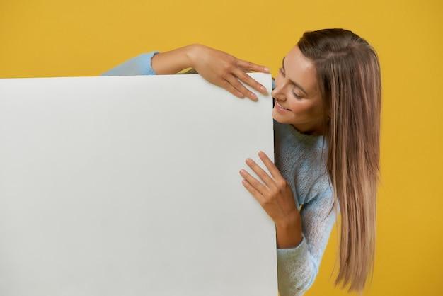 Vista frontale della ragazza che guarda la scrivania bianca