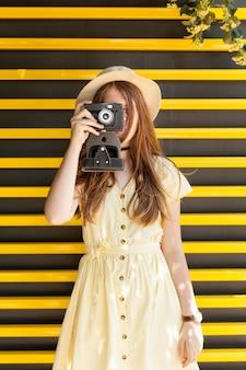 Вид спереди девушка фотографировать