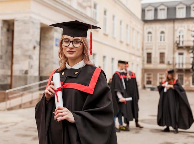 卒業証書を持つ正面少女