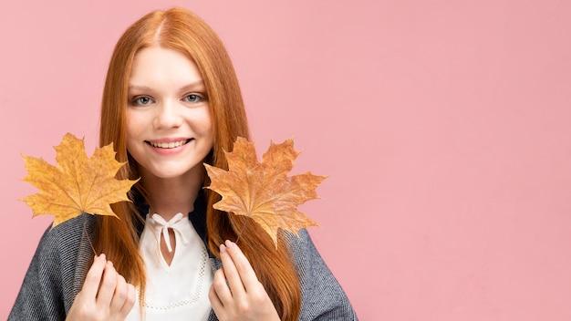 Вид спереди девушка с желтыми листьями