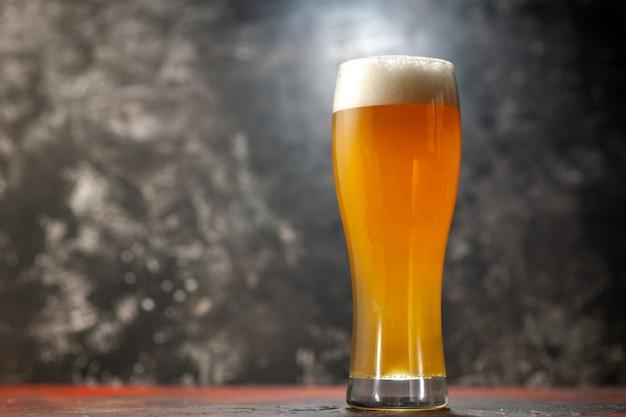 Vista frontale bicchiere d'orso sullo spuntino leggero vino foto bevanda colore alcol