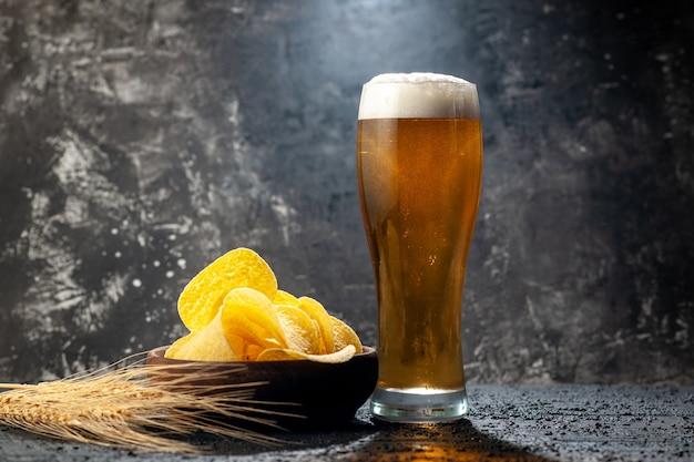 Vista frontale bicchiere d'orso con cips su foto scura bevanda alcolica colore vino snack