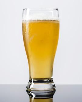 Vista frontale bicchiere di birra