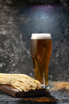 暗い写真のアルコール飲料の色のワイン スナックにチーズとクマの正面ガラス