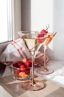 Бокал коктейля и фруктов, вид спереди