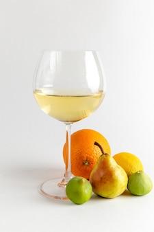 Вид спереди бокал вина белое вино со свежими фруктами на светлом белом столе пить алкоголь бар вода фрукты