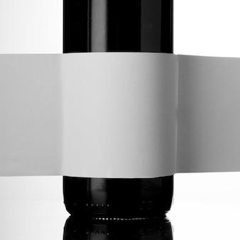 Vista frontale della bottiglia di vino in vetro con etichetta vuota