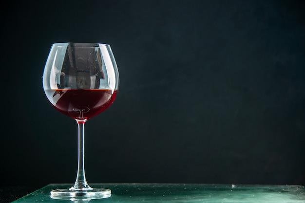 Vista frontale bicchiere di vino su bevanda scura foto colore champagne natale spazio senza alcool
