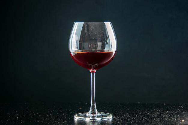 Vista frontale bicchiere di vino su bevanda scura foto colore champagne natale alcol
