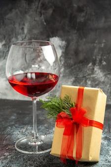Vista frontale del regalo di un bicchiere di vino al buio