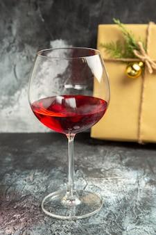 Vista frontale bicchiere di vino presente su sfondo scuro