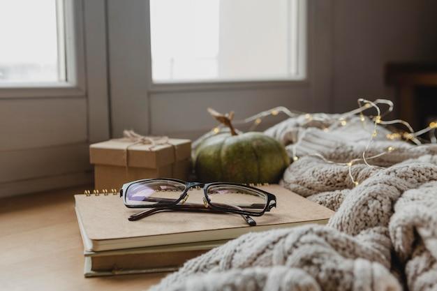 Occhiali vista frontale su ordini del giorno con zucca e coperte