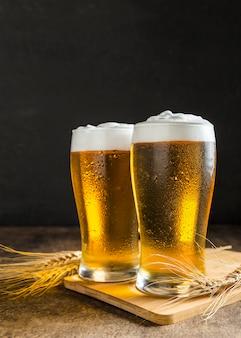 Vista frontale di bicchieri di birra con frumento