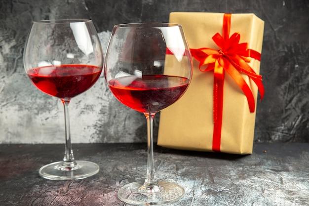 Бокалы переднего вида подарка вина на темноте