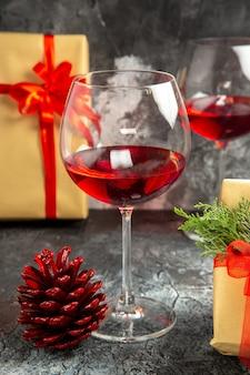 Vista frontale bicchieri di regali di vino su sfondo scuro