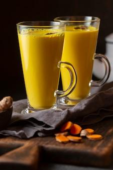 黄色い飲み物と正面のグラス