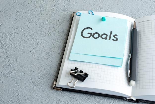 흰색 바탕에 펜으로 메모를 작성하는 전면보기 목표