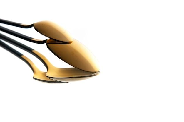 Вид спереди золотая ложка на белом фоне