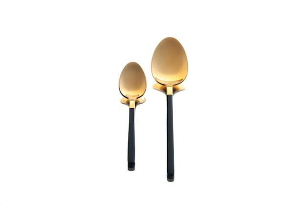 Vista frontale cucchiai d'oro su sfondo bianco