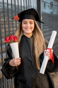 バラの花束と正面の卒業生