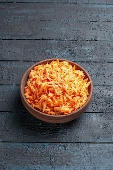 紺色の素朴なデスクサラダ色熟した健康ダイエット野菜のプレート内の正面図すりおろしたにんじんサラダ