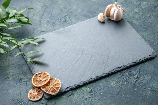 濃紺の背景色の写真クックブルーシーフードキッチンデスクの正面図灰色のプラッテン